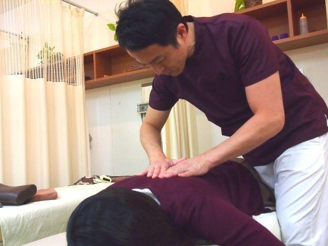 背骨の歪みと手足の動きを検査してから施術に入ります。
