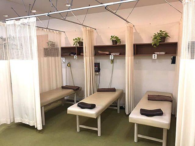 カーテンで仕切られた施術スペース
